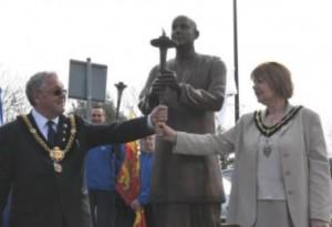 Sri Chinmoy szobor - Cardiff Wales