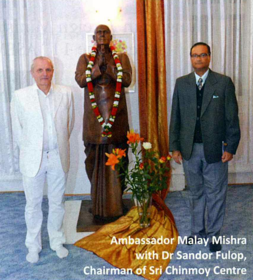 Shri Malay Mishra és Dr Fülöp Sándor Gunagriha a középen Sri Chinmoy szobra